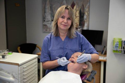 TAR BARE DIGITAL KONSULTASJON: Tannlege Ingeborg Bihaug stenger klinikken og slipper ikke inn noen pasienter inn i klinikken. Arkivfoto.