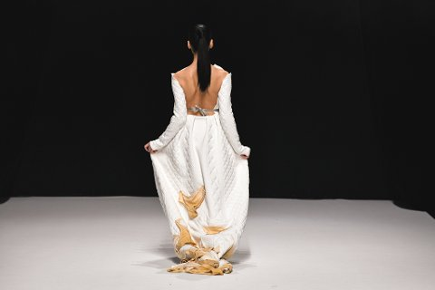 TRUSE-KJOLEN: Rebeca Herlung Høiens kjole med de møkkete trusene på slepet, provoserte frem både hakeslipp og begeistring under moteuka i Paris.