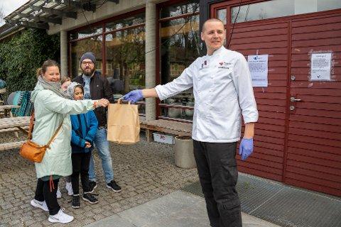 HENTET MIDDAG PÅ VITENPARKEN: F.v Elisabeth Skoglund Johnsen og Geir Johnsen med barna Nora og Teodor hentet den første Make away middagen hos kjøkkensjef Hafsteinn Snæland ved Vitenparken.