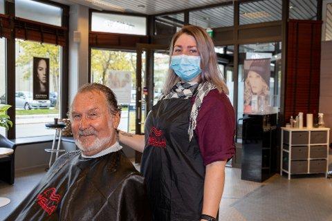 BETALER IKKE MER ENN FØR: Når Olav Haugdahl setter seg i frisørstolen hos frisør Silje Kjeldstad på Hårstudio 1095 betaler han ikke noe ekstra for smittevernstiltakene de har satt i gang.