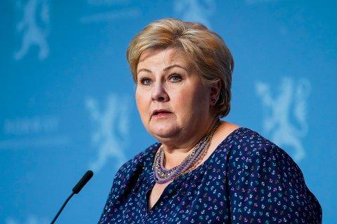 VURDERER INNSTRAMMINGER: Erna Solberg sa tirsdag formiddag at en rekke nye smitteverntiltak kan bli innført.