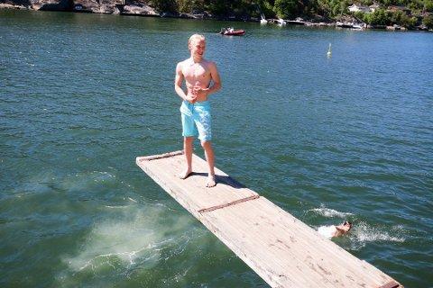 FRISKT: Det kan gjerne bli litt varmere i vannet, men 13-åringene Preben Berg Salomonsen (på brettet) og Kristian Abelsen hev seg utfor stupebrettet på Breivoll pinseaften.