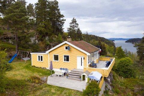 Denne hytta med panoramautsikt over Bunnefjorden er det god interesse for. Den har prisantydning på 2 300 000 kroner.