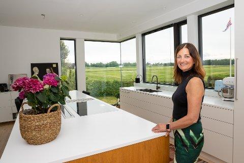 HAR SANS FOR ROMSLIGE LØSNINGER: Arkitekt Grete Rebecca Stagrum liker å eksperimentere både med boligen og hytta. Selv har hun et romslig og lyst kjøkken. Bildet er tatt ved en tidligere anledning.