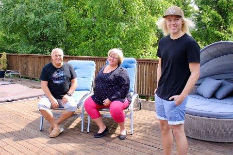 Jens og Marit Hillbom er overrasket over hvor mange som har sett videoen sønnen Morten (24) laget.