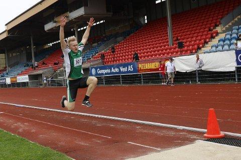 BARE TO HOPP: Per Ellef Aalerud fikk bare to hopp i trestegfinalen på junior NM. Ås-gutten ga seg på grunn av en vond rygg.