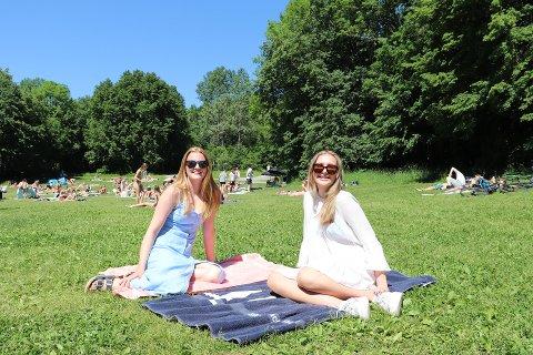KOSTE SEG I SOLA: Celine (14) og Thelma (15) koste seg på Breivoll i finværet i juni. I det vi nærmer oss september, melder meteorologene om mye fint vær i Sør-Norge.