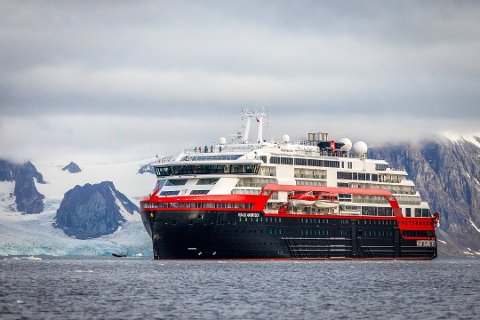 SMITTE: Flere av mannskapet på et av Hurtigrutens skip har fått påvist korona, som spredte seg til noen av passasjerene.