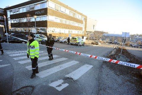 UTSATT: Mandag skulle rettssaken etter bombefunnet ved politihuset i Ski, startet opp i Follo tingrett. På grunn av sykdom ble den utsatt. Mannen ble samme dag varetektsfengslet i fire nye uker.  Bildet er fra timene etter funnet av bomben, da stasjonen var avsprerret. Foto: Ole Kr. Trana