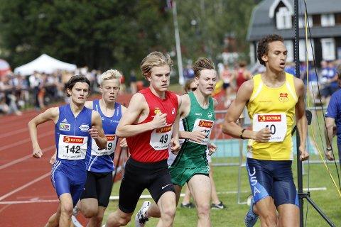TOPPTID: Ole Jakob Høsteland Solbu (i grønn trøye) ble bare slått av Leon Douglas (nummer 40)som her fører feltet under en 600 meter på Nesodden. Ole Jakob var to tideler fra norsk aldersrekord i G17-klassen på distansen.