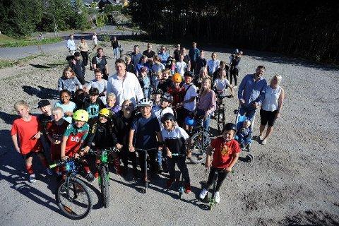 ENGASJEMENT: Her er noen av barna og de voksne i Togrenda, som veldig ønsker seg en ny samlingsplass for både sommer- og vinterbruk. Foto: Ole Kr. Trana