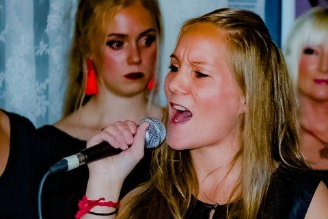 """Mona Pettersen i Våises-konserten  """"Natural woman"""" på Ås stasjon i oktober 2018."""