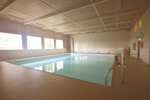 ÅPNER: Badelystene kan denne uken få svømme i bassenget til Ås svømmehall.