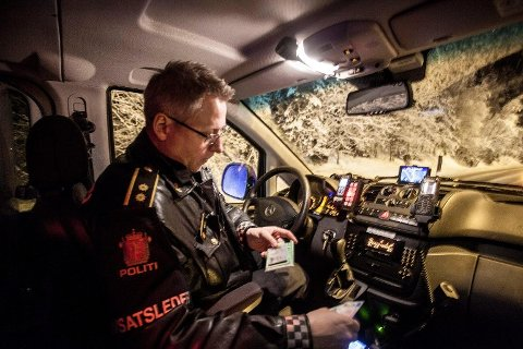 IKKE BRA. Det sier operasjonsleder Svein Walle etter at politiet stoppet to bilister for å kjøre i rus i natt. Her ser vi Svein Walle fra tiden han og makker Ronny Samuelsen var med i det populære TV-programmet Nattpatruljen.