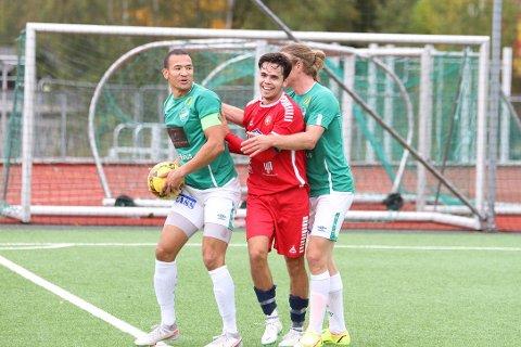Jevnt og tett var det. Edvard Skagestad og Anders Tronbøl pakker Drøbak/Frogn-kapteinen, Anders Brenden Solvang, godt inn, men lagene måtte nøye seg med ett poeng hver.