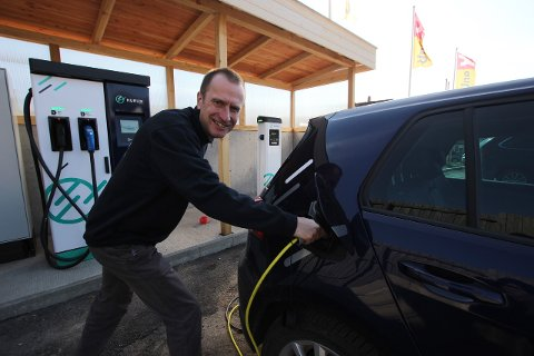 TID FOR LADING: Daglig leder i Hurum Energi, Christian Aakermann, forklarer at forbrukere kan spare penger ved å flytte deler av strømforbruket sitt til tider av døgnet hvor prisen er lavere. Det kan for eksempel egne seg å lade elbilen om natten.