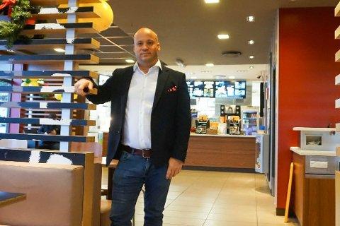 FÅR SKRYT: Eduardo Jacobsen og hans ansatte ved McDonalds Nygårdskrysset får skryt av kommuneoverlegen i Ås for å ha gode rutiner for smittevern.