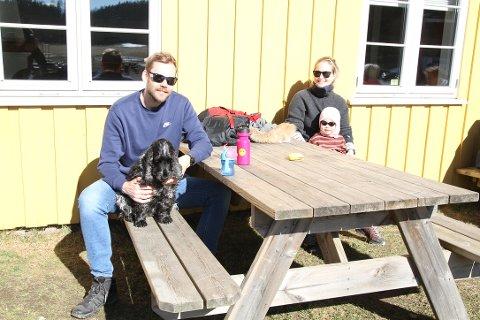 Håvard Ofstad, Marte Hesstvedt, Selma Hesstvedt-Ofstad (2,5 år) og hunden Penny storkoser seg i solveggen på Breivoll