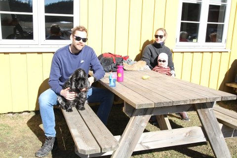 FINVÆR: Håvard Ofstad, Marte Hesstvedt, Selma Hesstvedt-Ofstad (2,5 år) og hunden Penny storkoste seg i solveggen på Breivoll i påsken. Til helgen blir det nye muligheter for å nyte godvær i Ås.