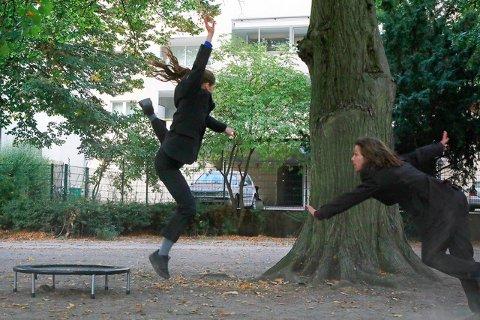 FORESTILLING: I koronatiden får ikke publikum kommet til danserne, så da forsøker danserne å komme til folket. Amy Pender og Martijn Joling skal nå sette opp seks hageforestillinger i Ås komune.