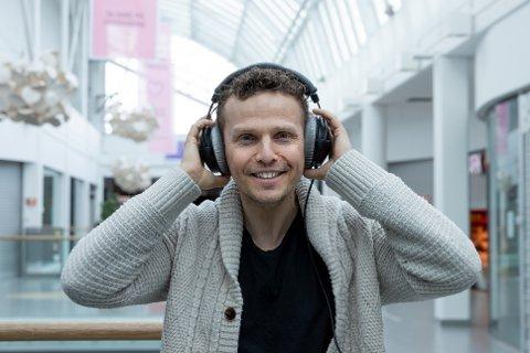 LEVER AV STEMMEN SIN: Erik Skøld lever av stemmen sin og ønsker å lære opp flere til å ta kontroll på stemmen sin. Nå har han opprettet firmaet Våis.