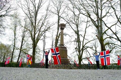 PÅ PLASS: 1. Ås speidergruppe for at det blir flaggborg rundt Falsenstøtten også under årets 17. mai-markering. Her øver de til den store dagen.