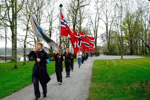 LAR SEG IKKE STOPPE AV KORONA: Mandagens flaggborgøvelse ble avsluttet med en høytidelig utmarsj fra parkområdet ved Falsenstøtten.