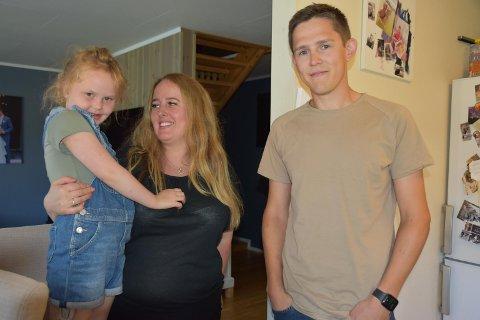 DIABETES: Småbarnsmor Hanne Granli hyller familievenn Jørgen Bekken etter at han oppdaget at Stella hadde diabetes.