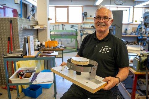 INSTRUMENTMAKER: Inne på verkstedet på fakultet for realtek og teknologi har Arne Svendsen funnet teniske løsninger for forskere og studenter gjennom 56 år.  har gjennom jobben som Instrumentmaker NMBU. Her med ett av vertkøyene som brukes for å lage deler til insektsfelle.