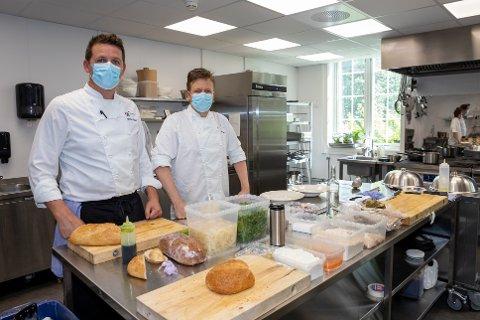HAR FLYTTET DET GAMLE KJØKKENET: Kjøkkensjef Hafsetinn Snæland og assisterende kjøkkensjef Willy Jann Alegria-Johnsen har bidratt i oppussingen sammen med profesjonelle håndverkere. Nå er de glad for å kunne bruke kokkeklærne igjen.