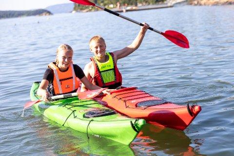 TOPP PÅ KAJAKKURS: Marte Koldsø Søreid (14) og Eirik Koldsø Broderesen (11) fra Ås hadde det gøy på kajakkurs på Breivoll Gård.