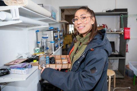 GRATIS SOMMERSKOLE: Aiyana Hudgins ved Vitenparken Ås håper å få fylt opp flere plasser på gratis sommerskole.  Arkivbilde.