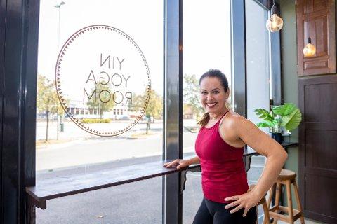 HERLIG Å TA I MOT KUNDER: Daglig leder Heidi Bloin er glad for å kunne ta imot kunder igjen til Yin Yoga Room i Ås.