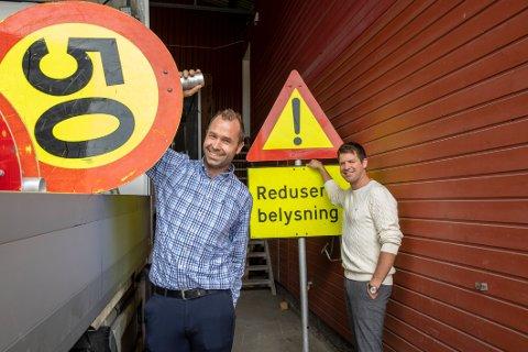 SETTER SIKKERHET FØRST: Thomas Granheim og Halvor Lie i SET Elektro i Ås jobber med store driftskontrakter der mange medarbeidere er involvert i langs veiene. Dette medfører mye trafikksikring for ansatte og bilister.