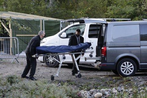 FUNNET DØDE: Politiet ved stedet på Kolbotn der to døde personer ble funnet natt til onsdag.