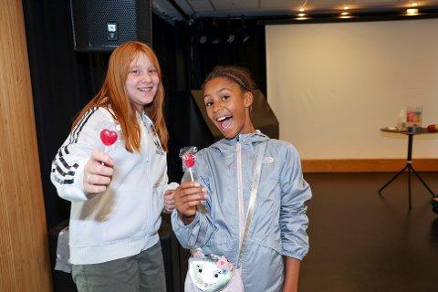 PREMIER: Hedda Stokstad Alvheim (10) og Freya Sekkelsten (10) var fornøyd med premiefangsten.