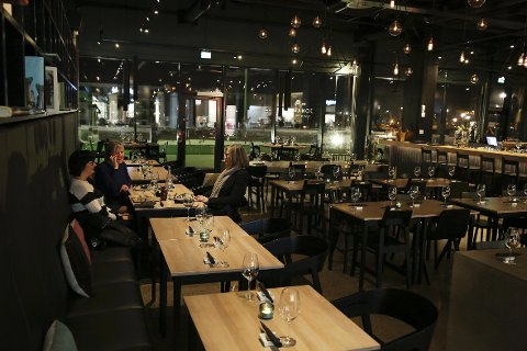 STILIG LOKALE: Enkelt og stilig er en passende beskrivelse på lokalene til Jonathan Sushi & Asian dining i Fornebu senter.