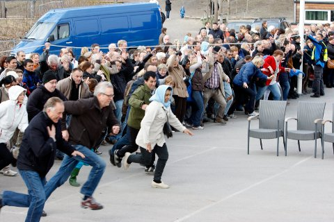 KLAR, FERDIG, LØP: Loppe-entusiaster står gjern i kø før åpningen for å sikre seg de beste skattene. Dette bildet er fra Høvik Verks loppemarked i 2012.