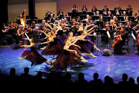 LOKALT: Bærum Symfoniorkester har hvert år nyttårskonsert, som her i 2013, sammen med Happy Feet i Kulturhuset.