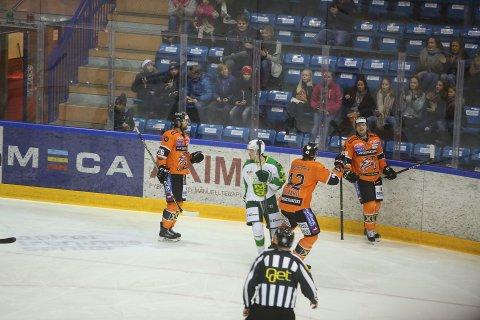 FRISK-JUBEL: Frisk Asker og Endre Medby jubler etter Medbys scoring i 2. periode.