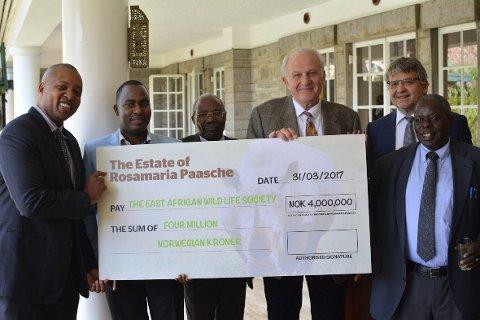 I NAIROBI: Advokat Arne Os med representanter for East African Wild Life Society. Bak til høyre står ambassadør Victor Rønneberg, som er fra Bærum.