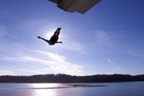 STUP I DET: På Hvalstrand kan man trygtstupe i det. Både vannkvalitet og temperatur skal være bra.