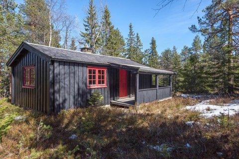 SELGES: Denne hytta nær Kolevann innerst i Lommedalen ligger ute for salg til 1,5 millioner.