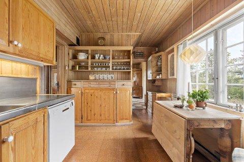 KJØKKEN: Kjøkkenet med plassbygget innredning.