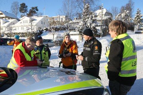 HOVEDKVARTER: Politiets innsatsleder Tore Barstad og representanter for de frivillige organisasjonene som deltar i letingen planla aksjonen fra det opprettede hovedkvarteret ved Ringstabekk skole.