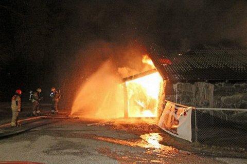 GIKK TAPT: Låven der Sportslåven holdt til gikk tapt i en brann tidlig om morgenen 7. mars i 2015. FOTO: KIM VAR DER LINDEN