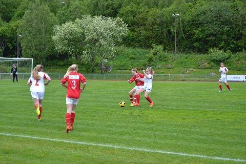 Sunndal hadde to lag i aksjon i jenter 15/16 år, hvor Sunndal 2 var sterkest i det innbyrdes oppgjøret.