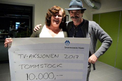 Roger Skjegstad overrekte 10.000 kr til Milly-Bente Nørsett.