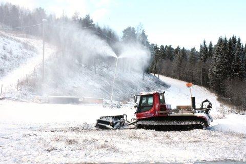 I GANG: Produksjonen av kunstsnø er i gang i Sæterlia i Surnadal.