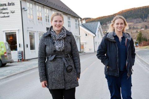 Astrid Otnes og Elli Nahr foran Drøpping hvor kunstlaget har galleri.
